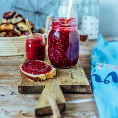Marmelade gefällig? Erdbeer-Maracuja, Blaubeer-Kirsch-Vanille, Himbeer-Zitrone: Den Sommer einkochen.