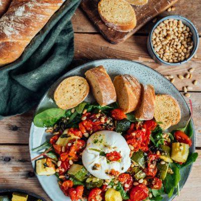 Burrata-Salat mit Ofengemüse und Blaubeeren