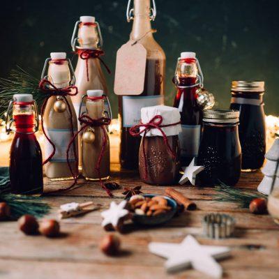 Weihnachtslikör zum Verschenken: Vanillekipferl, Glühbeeren, Spekulatius und Zimtstern