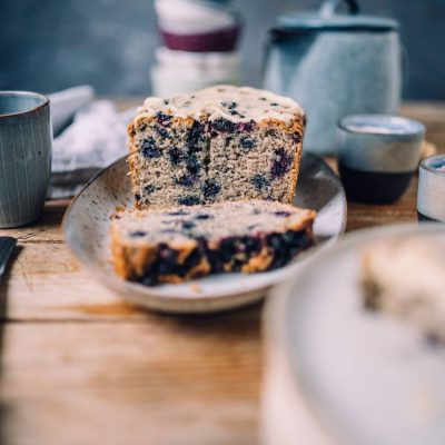 Bananenbrot mit Blaubeeren und Mandelmus-Frosting: Zuckerfrei