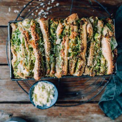 Faltenbrot mit Brokkoli-Pesto: Würziges Zupfbrot