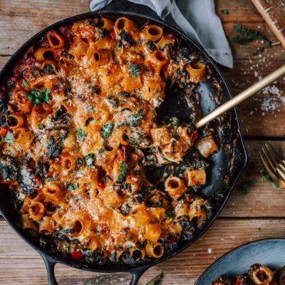 One Pot Ofenpasta mit Spinat und Burrata: Seelenfutter leicht gemacht