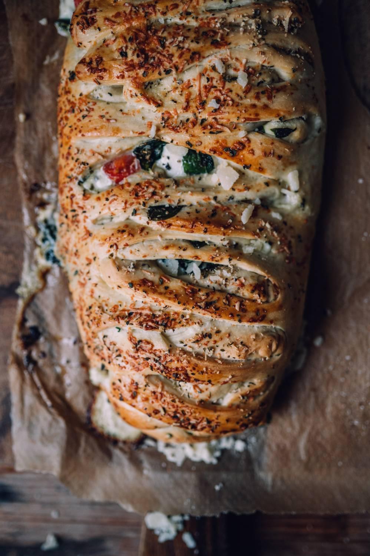 Stromboli mit Spinat und Käse: Eine gefüllte Pizzatasche