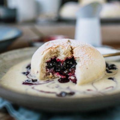 Hefeklöße aus dem Ofen mit Blaubeer-Pie-Füllung