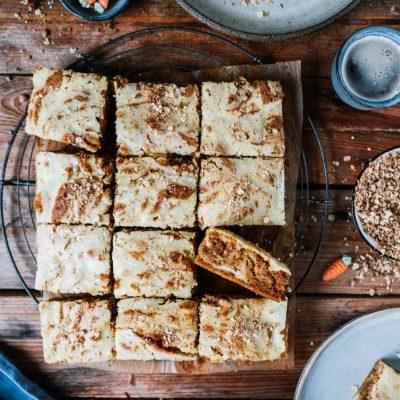 Carrot Cake mit Cheesecake-Swirl vom Blech oder auch Möhrenkuchen trifft auf Käsekuchen