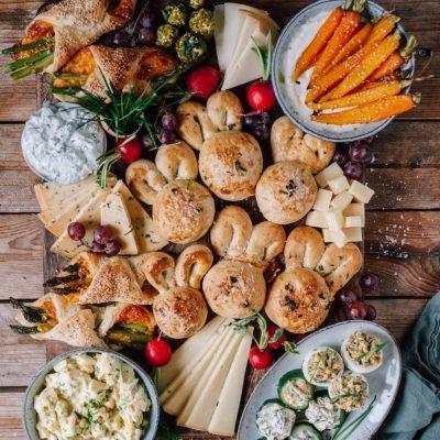 Oster-Snack-Board mit Eiersalat, Käse-Hasenbrot, Deviled Eggs, Bärlauch-Quark, Spargeltaschen und mehr