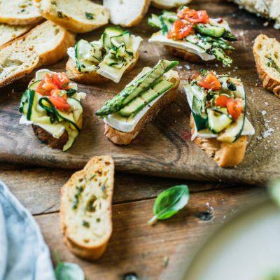 Crostini mit gegrilltem Gemüse und Fiorella di Tomino Weichkäse