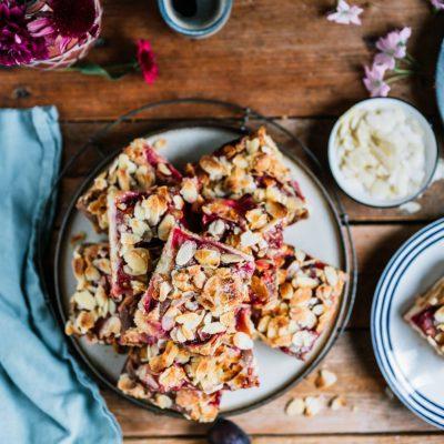 Butterkuchen mit Zwetschgen und Mandeln oder auch warmer Pflaumenkuchen mit Zimtpudding und Zucker-Mandel-Kruste