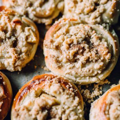 Apfel-Pudding-Schnecken mit Streuseln